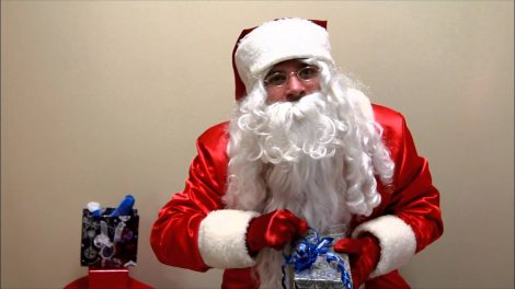 Senis Kalėda nedalijo daiktinių dovanų