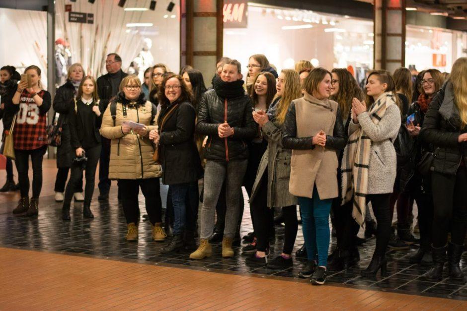 """Studentai """"Akropolyje"""" surengė šventę miesto moterims"""