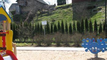 Utenoje, vaikų žaidimų aikštelėse, pritvirtintos žymenos