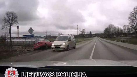 """NUO PAREIGŪNŲ SPRUKUSIO GIRTO 17-MEČIO VALDOMAS """"AUDI A4"""" NULĖKĖ Į GRIOVĮ"""