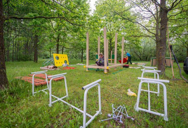 Sovietmetį menančius betoninius vaikų žaidimo kompleksus Kaune keičia saugios ir modernios aikštelės. Šį mėnesį prasidėję darbai palies 150 mieste esančių laisvalaikio zonų. Daugiabučių kiemuose stovintys susidėvėję suktukai ar sūpynės keičiami naujais, o 15-oje miesto vietų atsiras visiškai naujos vaikų žaidimo aikštelės.