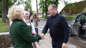 Premjeras Balninkų miesteliui padovanojo 100 Lietuvos trispalvių