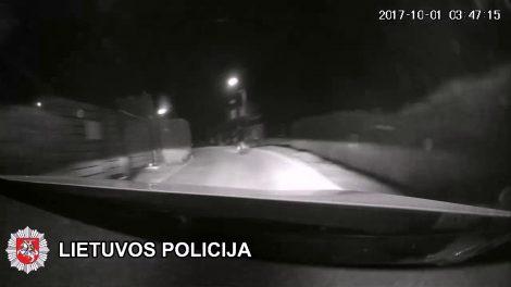 Pareigūnams nestojęs motociklininkas kelionę baigė nugriuvęs Telšių miesto centre