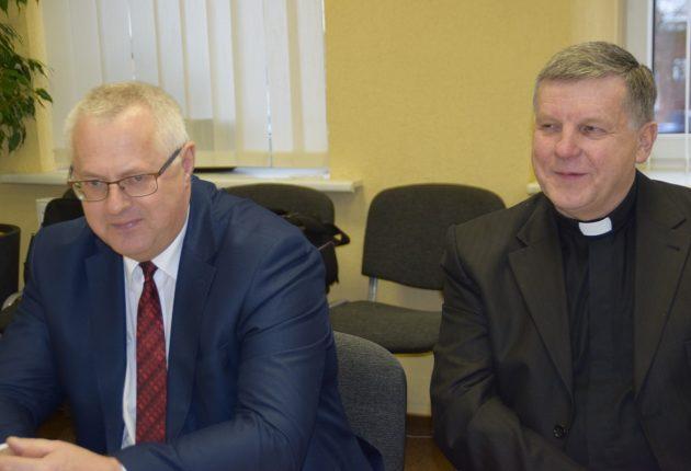 Savivaldybės administracijos direktorius Bronius Kryžius, Švč. Jėzaus Širdies parapijos klebonas Donatas Stulpinas