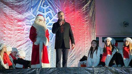 Jurbarko mieste įžiebtos žaliaskarės paskelbė Kalėdų laukimo pradžią
