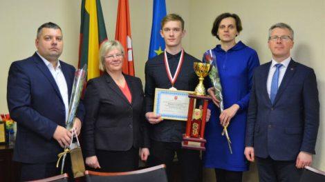 Savivaldybės vadovai pagerbė 2017 metų Europos jaunių kyokushin karate čempioną Marių Lukšį