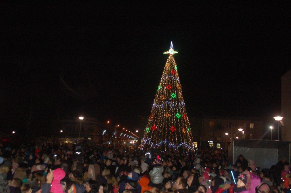Švenčių laukimui duotas startas – įžiebta Kalėdų eglė
