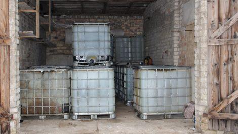 Dviejų tonų dyzelino vagystė pareigūnus atvedė prie itin didelio kiekio nelegalių degalų sandėlio (video)