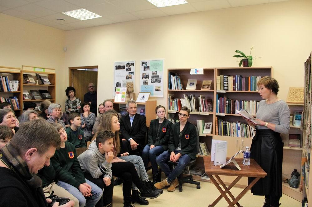 """Kuršėnų Vytauto Vitkausko bibliotekoje susitikimas su """"Metų knygos 2017"""" poezijos penketuko knygos """"Štai"""" autore Agne Žagrakalyte"""