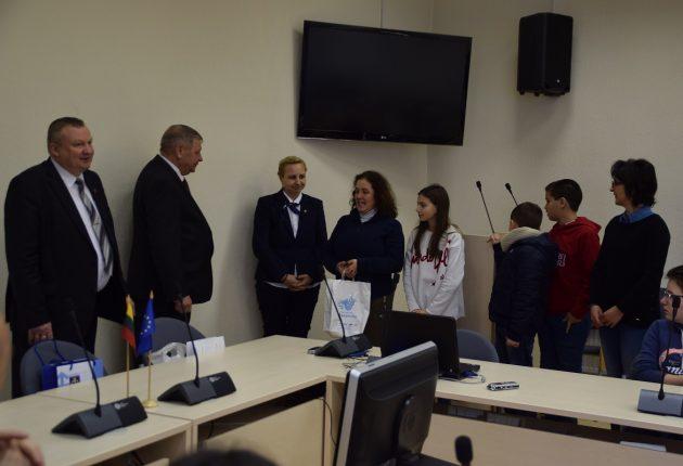 Portugalų delegacijos atstovai įteikia atminimo dovanas Savivaldybės merui A.Teniui