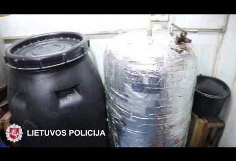 Šiauliuose pareigūnai aptiko naminės degtinės fabrikėlį (VIDEO)