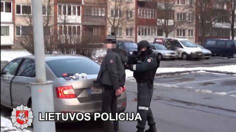 Pareigūnams įkliuvo du jaunuoliai, Elektrėnuose platinę narkotines medžiagas (VIDEO)