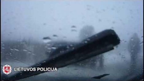 Elektrėnu policijos pareigūnai susidūrė su Audi a6 (VIDEO)