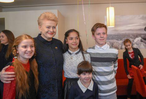 """""""Už saugią Lietuvą"""" gimtadieniui – Prezidentės pietūs su globos namų vaikais"""