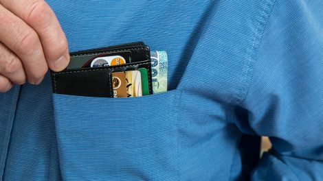 Už neteisėtą pasinaudojimą kaimyno banko kortele – teisiamųjų suolas