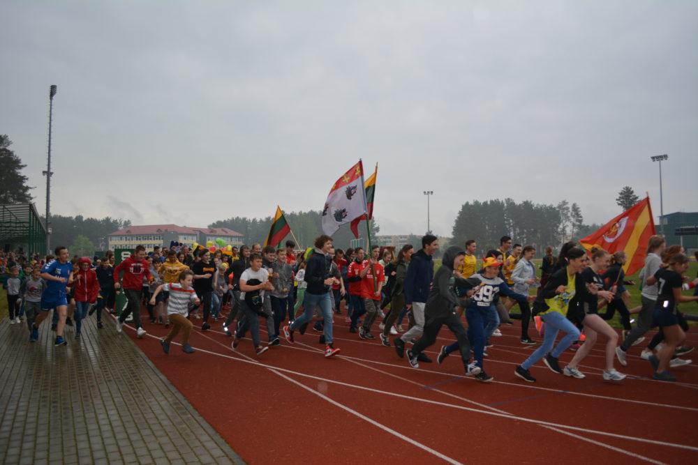 """Varėnos miesto stadione įvyko baigiamasis rajono ugdymo institucijų renginys """"Šimtas kilometrų Lietuvai"""""""