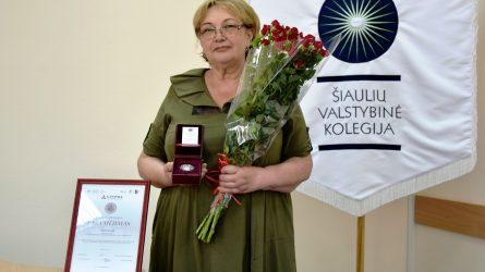 """Šiaulių valstybinės kolegijos direktorės pavaduotojai – """"Linpros"""" garbės ženklas"""