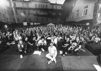 """Į grupės """"8 Kambarys"""" koncertą sostinėje nusidriekė tūkstantinė eilė"""
