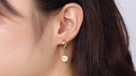 Auksiniai auskarai puikiai tiks prie bet kokios aprangos