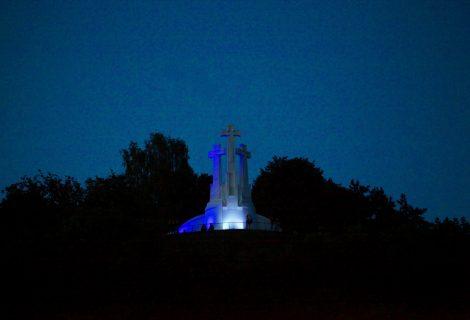 Vilnius kartu su gedinčiais graikais – Trys kryžiai nušvito Graikijos spalvomis
