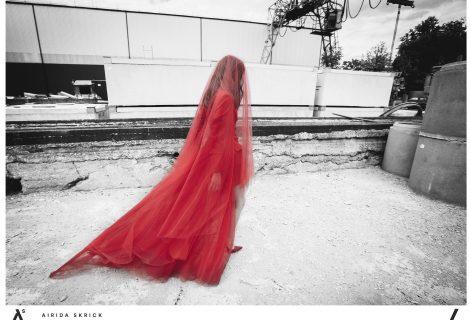 Airidos Skrickienės vestuvinių suknelių kolekcijoje – raudonos ir juodos nuotakų suknelės