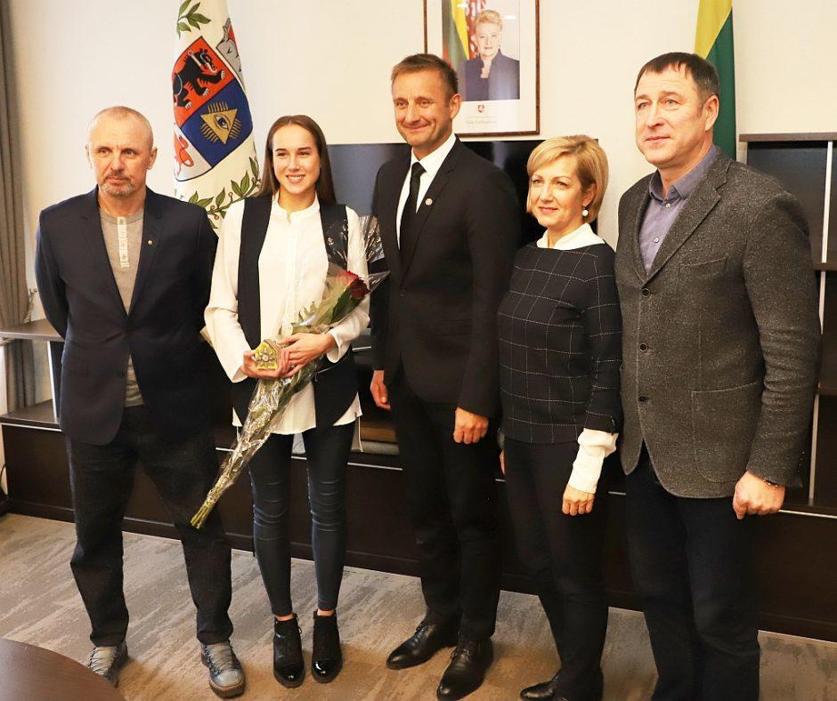 Savivaldybėje pagerbta jaunoji sportininkė Klaudija Tvaronavičiūtė