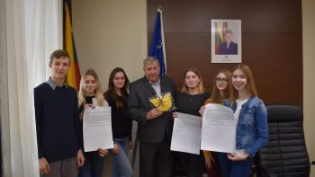 Jaunuoliai išradingai švenčia 101 Lietuvos gimtadienį