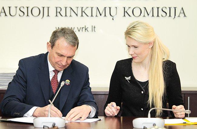 Arvydas Juozaitis, pretendentas į kandidatus Respublikos Prezidento rinkimuose, grąžino parašų rinkimo lapus
