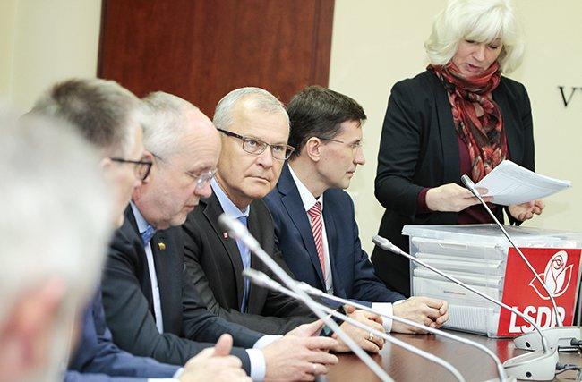 Vytenio Povilo Andriukaičio, pretendento į kandidatus Respublikos Prezidento rinkimuose, atstovai grąžino parašų rinkimo lapus