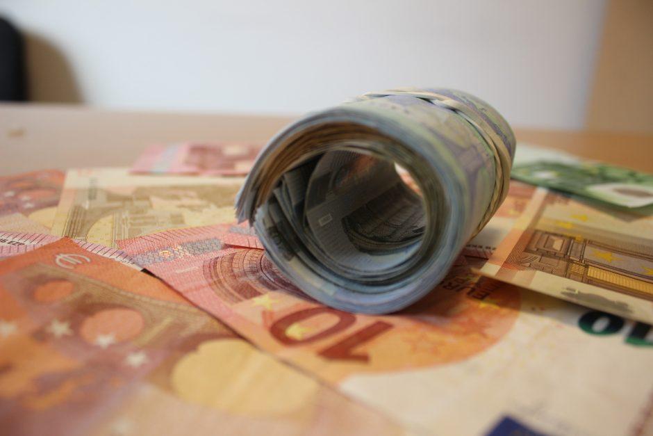 Įtariamųjų pinigus pasisavinusiai pareigūnei – kaltinamųjų suolas