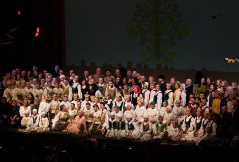 """Išskirtinis ŠIAULIŲ KULTŪROS CENTRO šokių ansamblio """"Želmenėliai"""" 50-mečio koncertas spinduliavo šeimyniška atmosfera"""