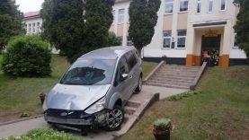 Dėl girtumo nieko nepamenančio vairuotojo automobilis rastas ant mokyklos laiptų