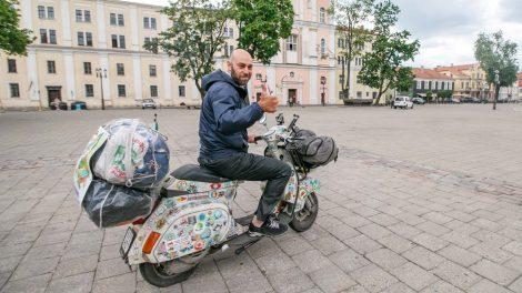 Italo kelionė motoroleriu po Europą: pažinimo bei geresnio gyvenimo siekis