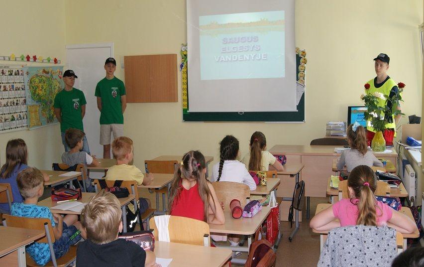 """Bendruomenės pareigūnė ir Jaunieji policijos rėmėjai Akmenėje bendravo su pradinių klasių moksleiviais """"Saugios vasaros"""" tema"""