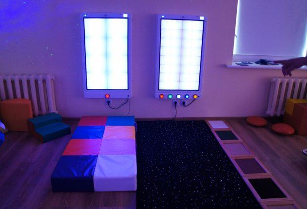 Multisensorinis kambarys tinkamas vaikams, turintiems specialiųjų poreikių, perdėtai aktyviems, esant klausos ar regos susilpnėjimui, o sensorinė aplinka suteikia vaikui erdvę pačiam susitvarkyti su iššūkiais, nusiraminti ir atsipalaiduoti. –Zitos KATKIENĖS nuotr.