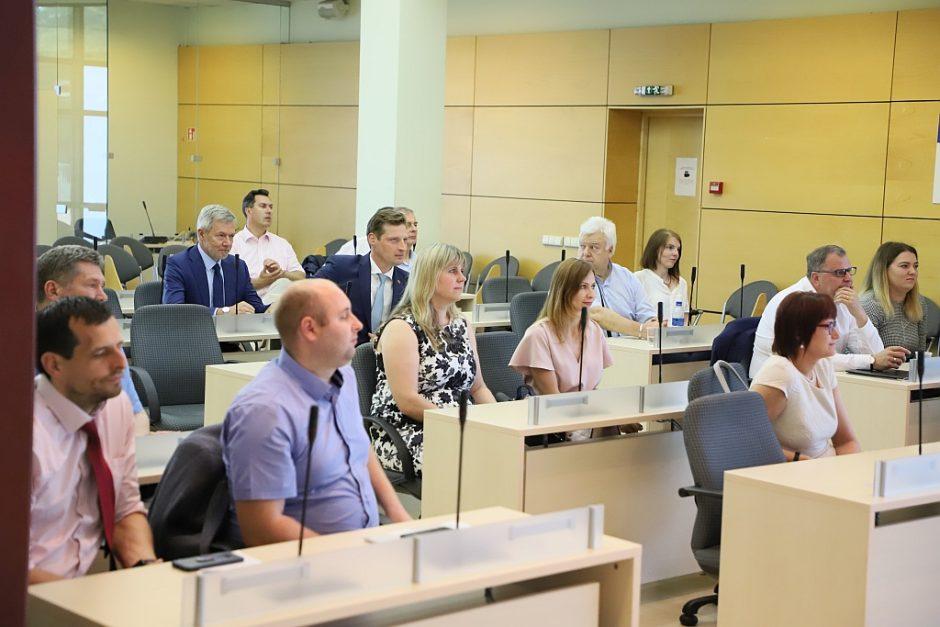 Diskusijoje su aplinkos ministru pateiktas pasiūlymas keisti renovacijos kryptį