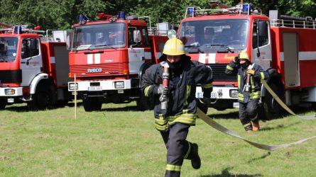 Priekulės parkas virto ugniagesių-gelbėtojų pratybų aikštele