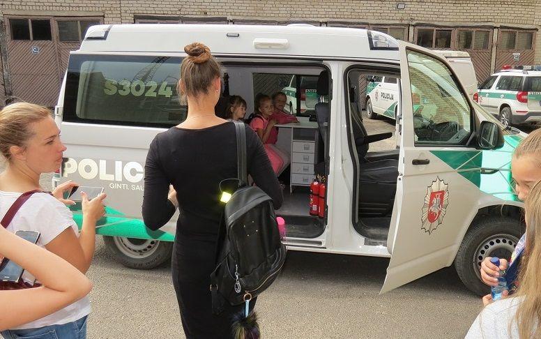 Joniškio moksleiviai susipažino su policininkų darbu