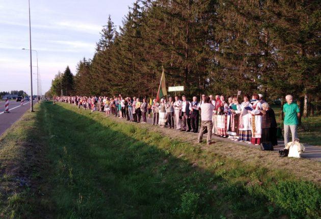 Baltijos kelio 30-metis Šiauliuose paminėtas visuotiniu susikabinimu – Vilmos Sungailės nuotr.