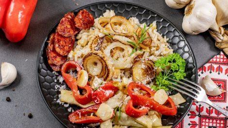Perlinių kruopų, ryžių ir žirnių košė su apkeptomis daržovėmis