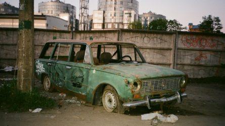 Kiek žaliavų iššvaistoma neperdirbant automobilio atliekų?