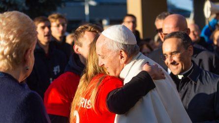 """Prisiminkime: Popiežius jaunimui """"Neleiskite, kad pasaulis jus įtikintų, jog geriau yra eiti po vieną"""""""