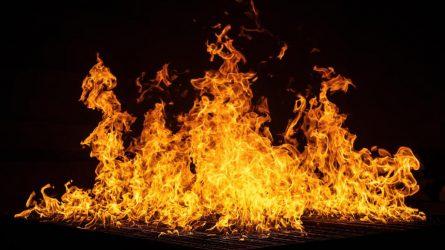 Kūreno krosnį, sudegino namus