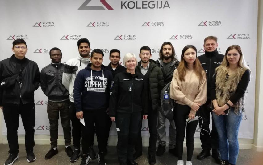 Policijos pareigūnų susitikimas su užsienio studentais Alytaus kolegijoje