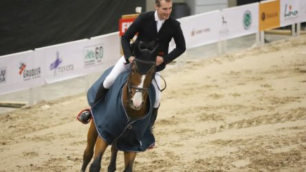 Pilnos Šiaulių arenos tribūnos žiūrovų grožėjosi įspūdingais žirgų šuoliais