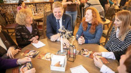 90 sostinės kavinių sekmadieniais nemokamai vaišina senjorus kava ir arbata
