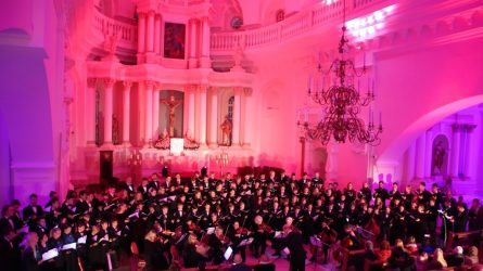 Ypatingai apšviestoje Šiaulių katedroje skambėjo penkių profesionalių chorų balsai