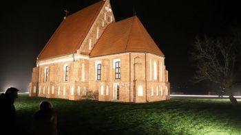 Atgimstanti Zapyškio bažnytėlė jaukinasi šviesą