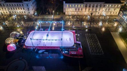 Sostinė kviečia čiuožti į Kalėdas: Lukiškių aikštėje atidaryta ledo čiuožykla