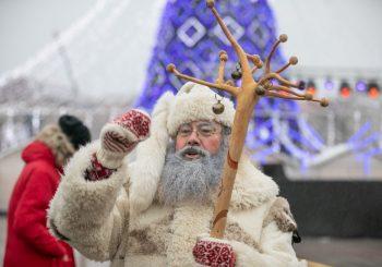 Šventinę nuotaiką Katedros aikštėje dalino Senelis Kalėda